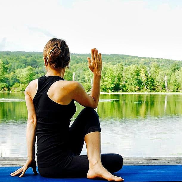 yoga-woman-nature-landscape_Snapseed